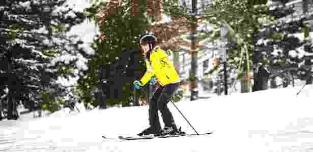 A imigrante chinesa Xi Feng aprende a esquiar em uma pista de iniciantes no resort Blue Mountain, em Ontário, no Canadá - Tara Walton/The New York Times - Tara Walton/The New York Times