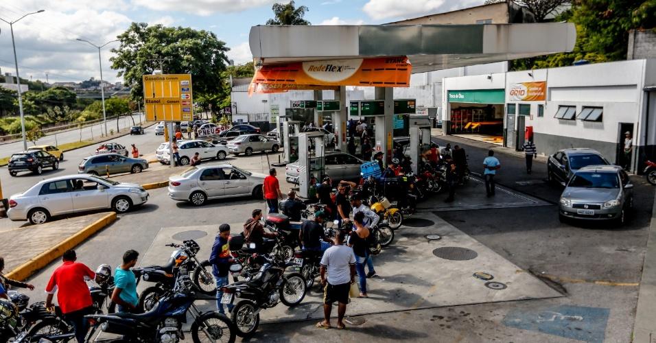 Motoqueiros fazem fila em posto localizado em Belo Horizonte (MG). Os protestos desta sexta-feira (25) marcam o quinto dia de greve dos caminhoneiros.