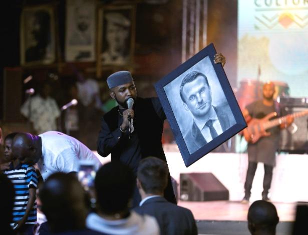 Cantor Banky W mostra retrato de Emmanuel Macron desenhado pelo artista Kareem Waris Olamilekan - Akintunde Akinleye/Reuters