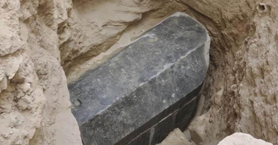Sarcófago de granito preto com 1,85 metros de altura, 2,65 metros de comprimento e 1,65 metros de largura está a 5 metros de profundidade