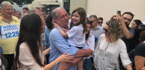 Ciro Gomes vota em Fortaleza, no Ceará, acompanhado da família