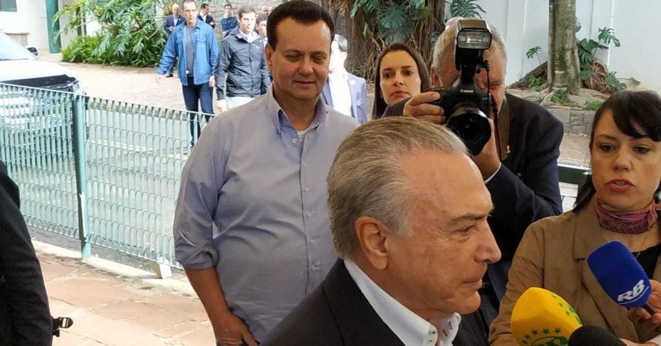 28.out.2018 - Presidente Michel Temer chega para votar em São Paulo acompanhado do ex-prefeito Gilberto Kassab