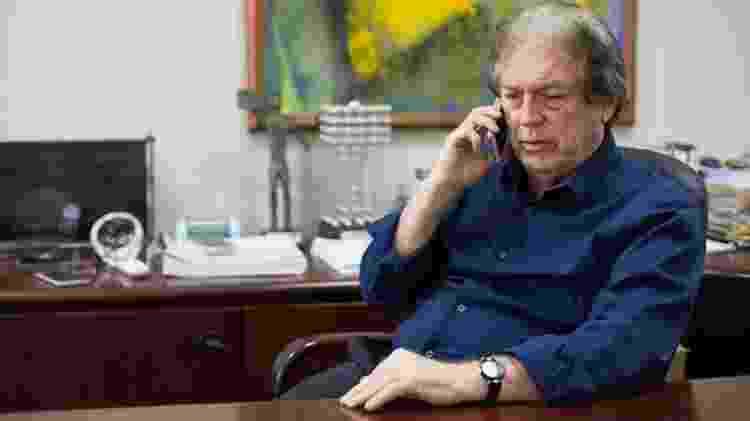 3.dez.2018 - O presidente do PSL e ex-presidente do Sport, Luciano Bivar, no escritório de sua empresa, no Recife. - Clara Gouvêa/UOL - Clara Gouvêa/UOL