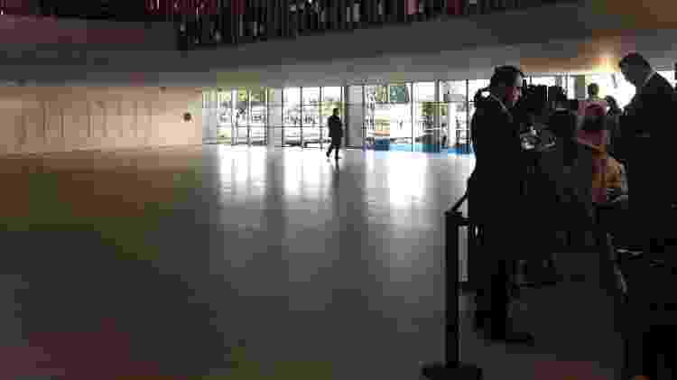 Cercadinho onde ficaram os jornalistas, no hall por onde entraram os convidados - Paulo Sampaio/UOL