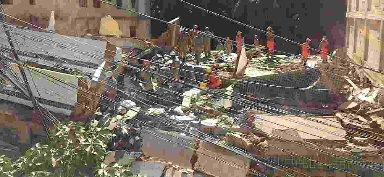 Bombeiros trabalham no local onde dois prédios desabaram na comunidade da Muzema, no bairro de Itanhangá, zona oeste do Rio de Janeiro.  - Reprodução/Twitter/OperacoesRio
