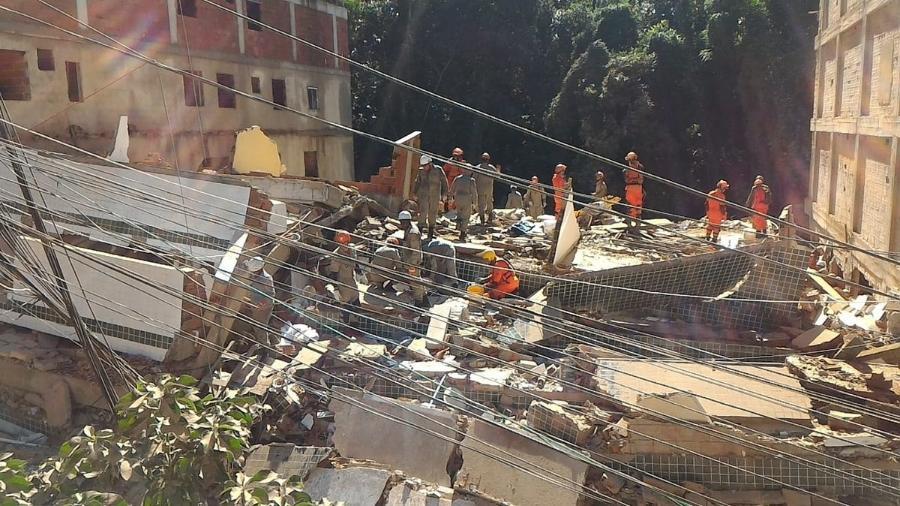 Bombeiros trabalham no local onde dois prédios desabaram na comunidade da Muzema, em 2019; operação de hoje tem entre alvos envolvidos em construção e venda de prédios que desabaram - Reprodução/Twitter/OperacoesRio