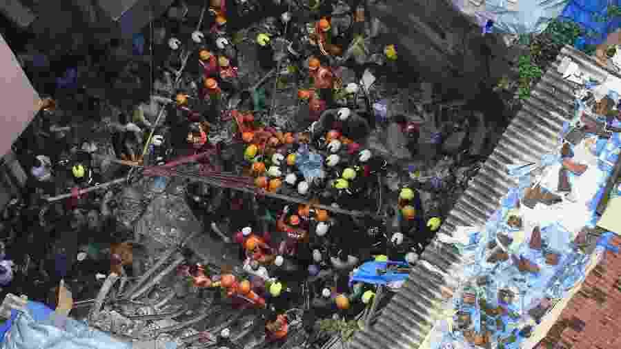 Equipes de resgate tentam localizar sobreviventes do desabamento de um prédio residencial em Bombaim, na Índia - Punit Paranjpe/AFP