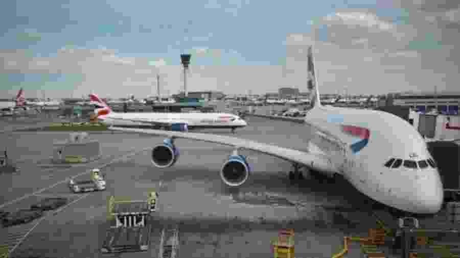 Abastecer aviões com combustível extra ajuda a evitar o custo mais alto deste insumo em seu destino - BBC
