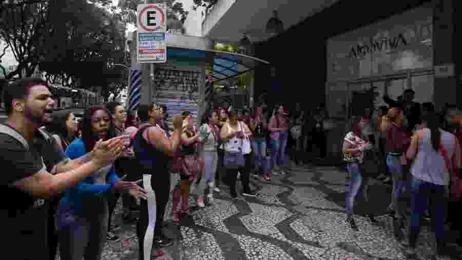 Operadres de telemarketing da Almaviva protestam em frente a empresa na Rua da Consolação - André Lucas/UOL