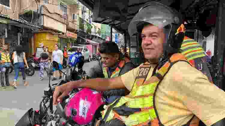 24.mar.2020 - Mototaxista Alexandre Gutierrez segue atendendo a população na Rocinha, apesar as orientações de isolamento - Herculano Barreto Filho/UOL - Herculano Barreto Filho/UOL