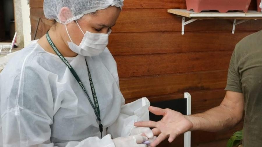 Amostra de sangue de morador de Santos que aceitou participar de pesquisa domiciliar é colhida para averiguar presença de anticorpos do novo coronavírus na população - Marcelo Martins/Prefeitura de Santos