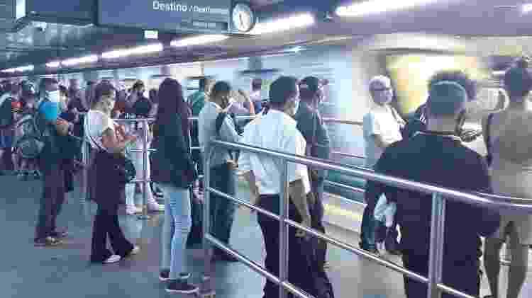 Passageiros aguardam o metrô para o Jabaquara e se aglomeram na estação Sé - Marcelo Oliveira/UOL - Marcelo Oliveira/UOL