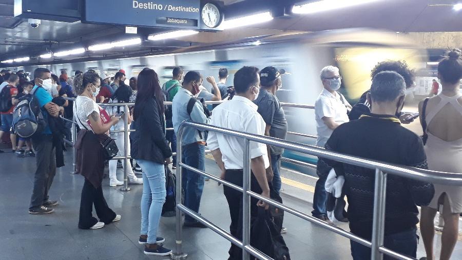 Passageiros aguardam o metrô para o Jabaquara e se aglomeram na estação Sé - Marcelo Oliveira/UOL