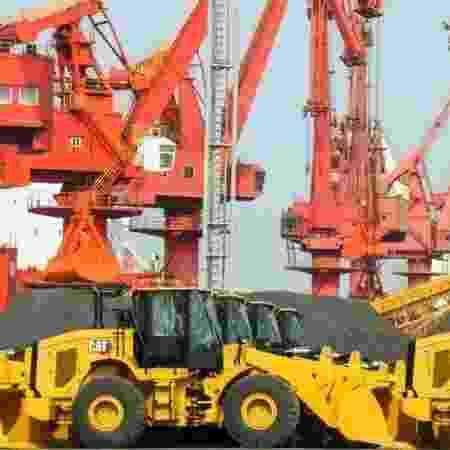 Escavadeiras em porto chinês - AFP via BBC - AFP via BBC