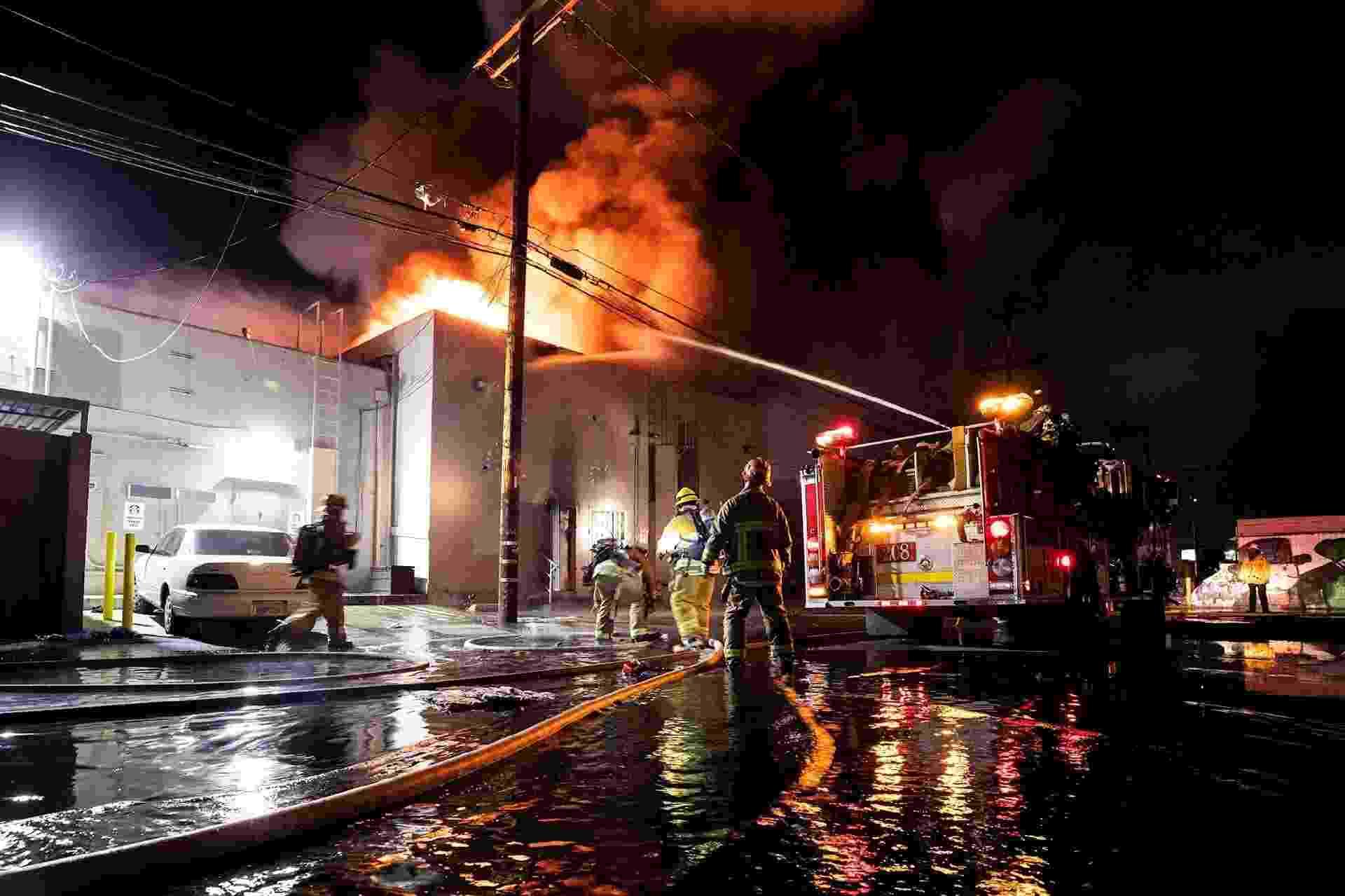 31.mai.2020 - Bombeiros apagam incêndio em uma loja saqueada em Los Angeles durante protesto pela morte de George Floyd - Etienne Laurent/Efe