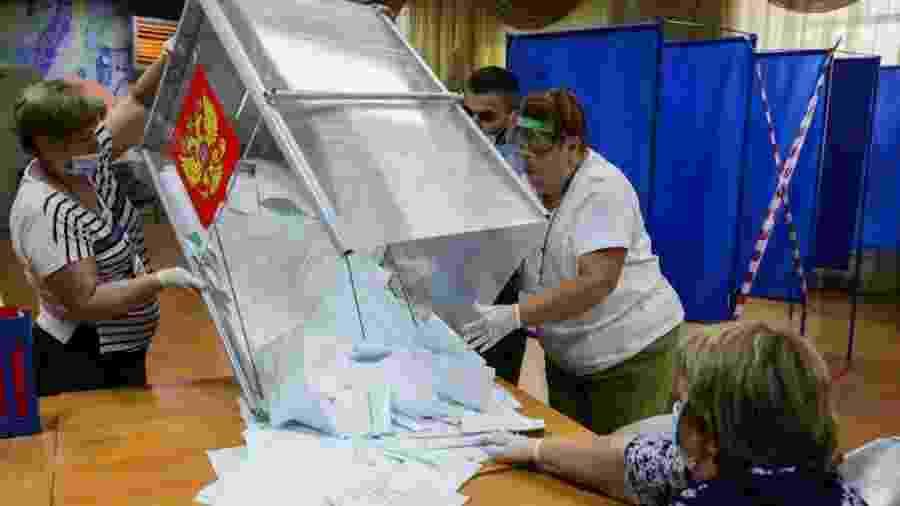1º.jul.2020 - Integrantes da comissão eleitoral da Rússia esvaziam urna de votação em Novosibirsk durante referendo que pode autorizar o presidente Vladimir Putin a permanecer no poder até 2036 - Kirill Kukhmar/TASS