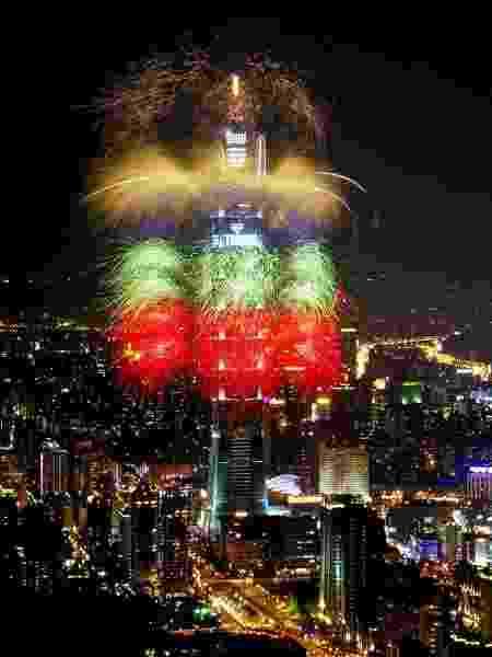 O arranha-céu Taipei 101 em festa com fogos de artifício. O edifício é um dos mais altos do mundo e é conhecido pelas celebrações de passagem de ano. - Escritório Econômico e Cultural de Taipei no Brasil/Divulgação - Escritório Econômico e Cultural de Taipei no Brasil/Divulgação