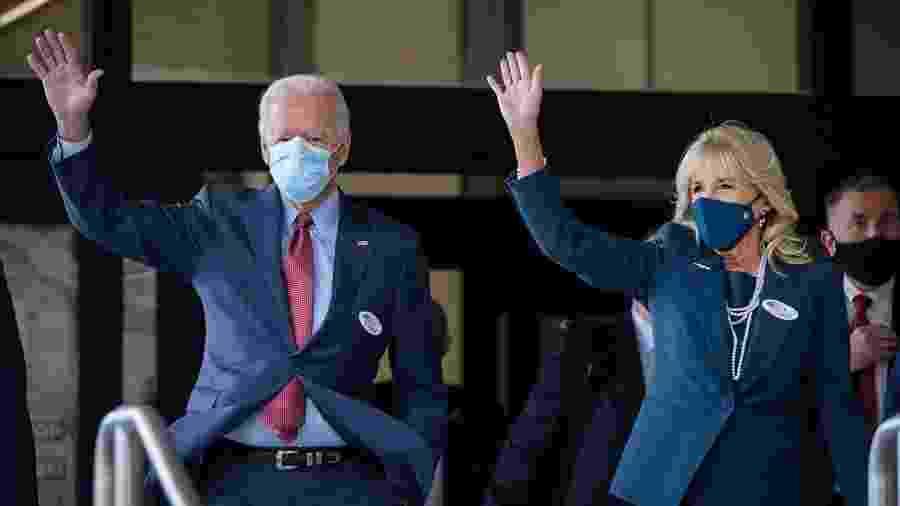 28.out.2020 - O candidato do partido Democrata Joe Biden registrou seu voto antecipado ao lado da esposa, Jill Biden, em Wilmington, no estado de Dalaware - Drew Angerer/Getty Images/AFP