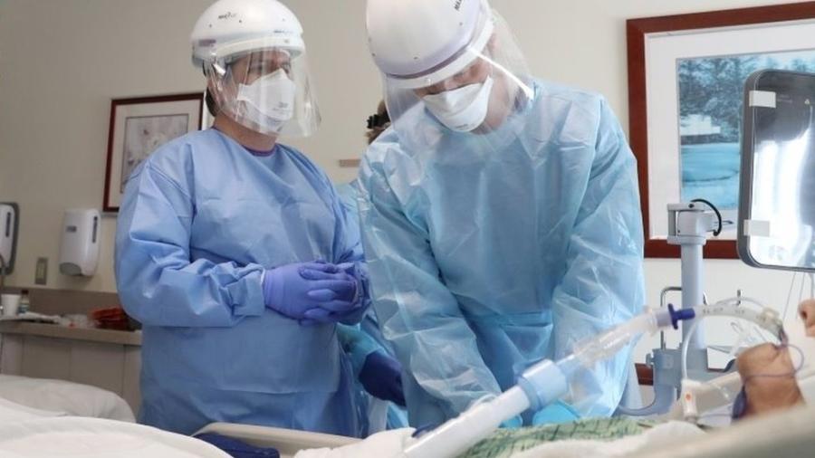Médicos intubando paciente de covid-19 nos EUA; procedimento exige medicamentos que relaxem e deixem sedada a musculatura - Reuters