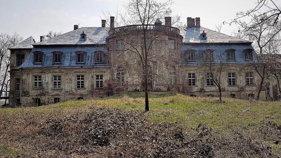 48 caixas com ouro de Hitler que foram roubadas estariam enterradas ao redor deste palácio, na Polônia - Reprodução/ Facebook/ Joanna Lamparska