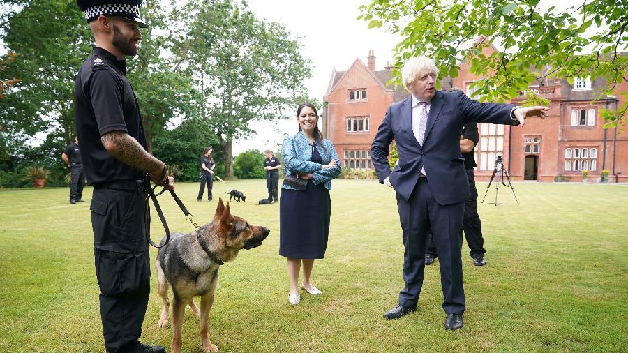 Boris Johnson e o cachorro Dilyn - Yui Mok/Pool via REUTERS