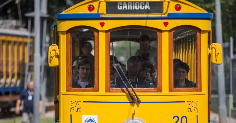 27.jul.2015 - Bonde deixa a estação da Carioca, no centro do Rio de Janeiro, na manhã desta segunda-feira (27), primeiro dia de pré-operação do sistema