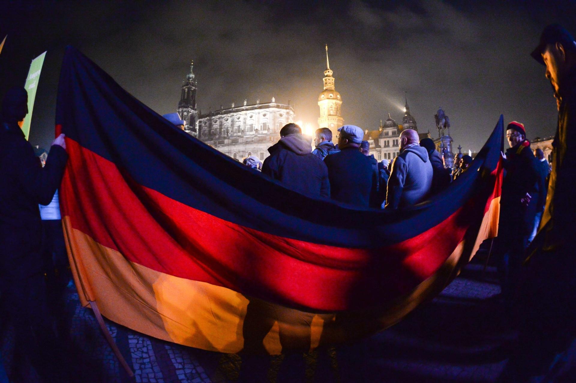 20.out.2015 - Milhares de apoiadores do movimento Pegida (sigla em alemão para