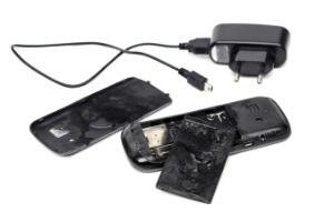 Falar ao celular enquanto ele está carregando pode provocar uma explosão? (Foto: iStock)