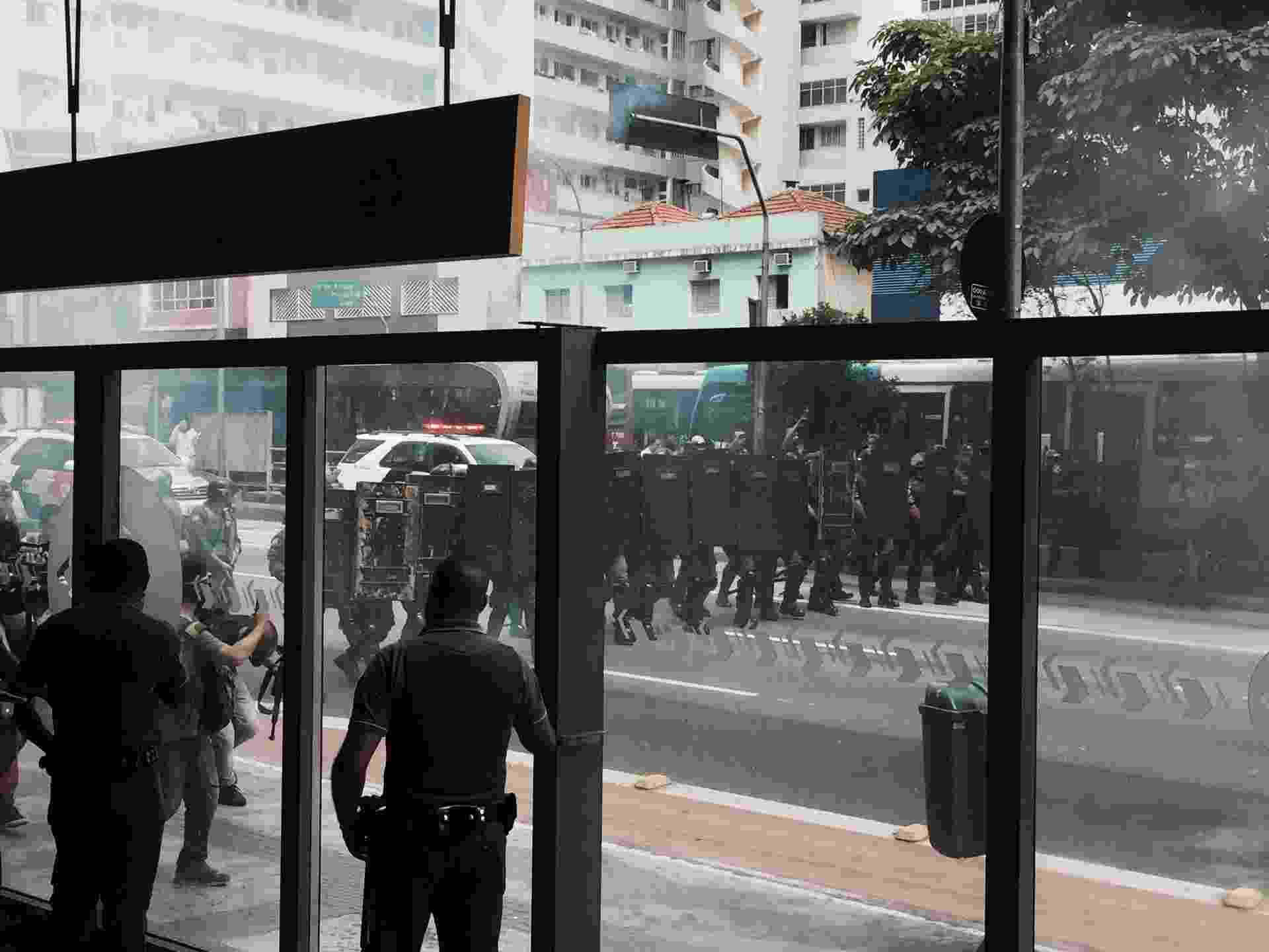 4.dez.2015 - Estudantes fazem protesto no cruzamento da avenida Paulista com a rua da Consolação, região central de São Paulo, para protestar contra a reorganização escolar. PM usou bombas de gás para dispersar os manifestantes - Alexandre Gimenez/UOL