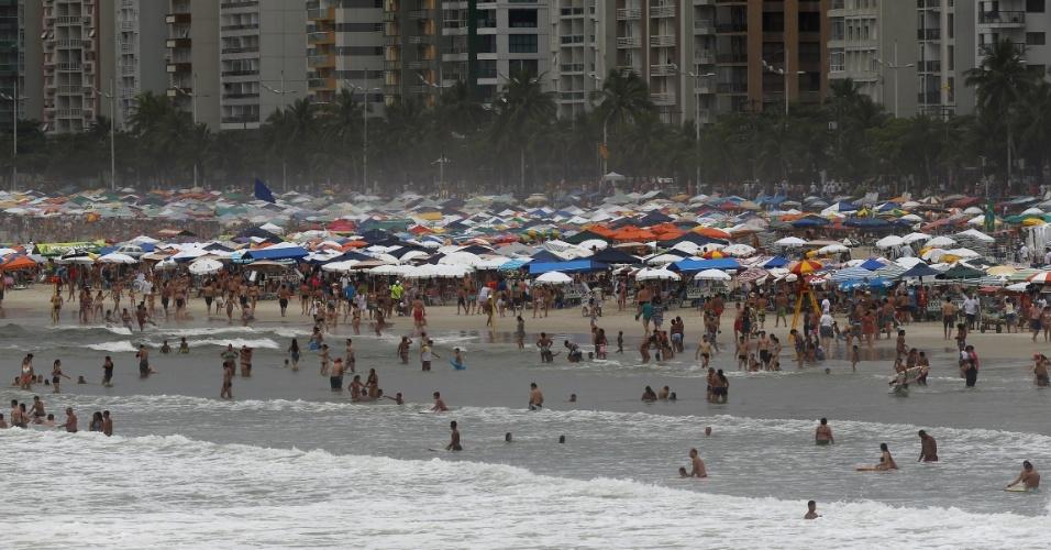 2.jan.2016 - Banhistas aproveitam dia de calor na praia das Pitangueiras, no Guarujá, litoral sul de São Paulo