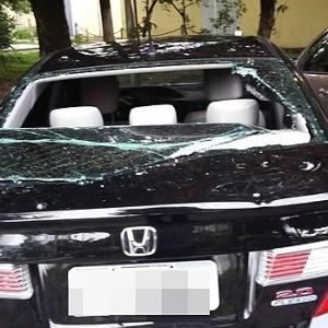 Carro de motorista do Uber danificado por taxistas em São Paulo