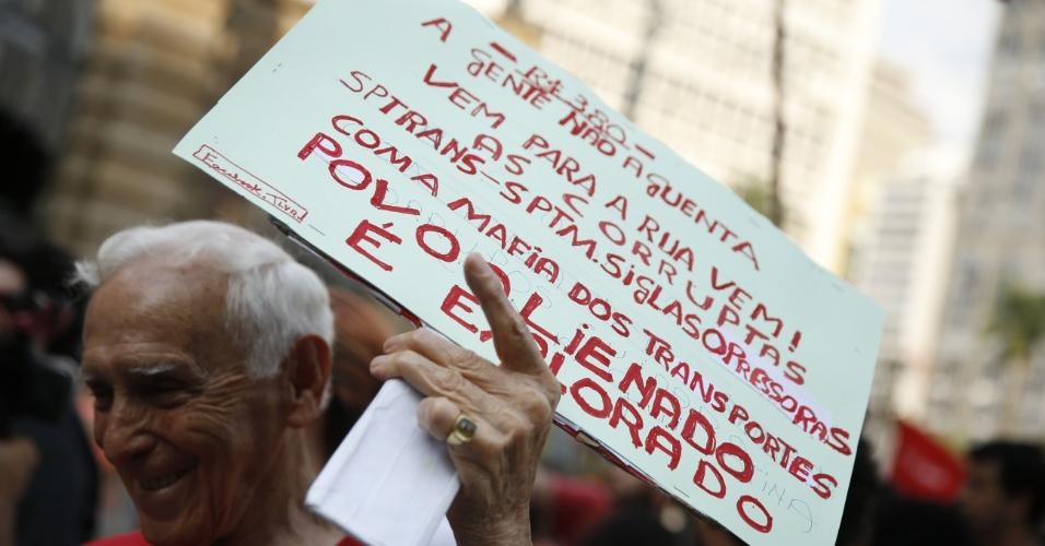 8.jan.2016 - Idoso ergue cartaz em frente ao Teatro Municipal de São Paulo, no centro da capital paulista, em concentração para ato contra o aumento do valor da tarifa do transporte público na cidade. A partir de sábado (9), a passagem, que custa R$ 3,50, vai para R$ 3,80