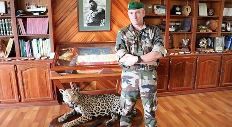 8.jan.2016 - O coronel Jérôme Ransan exibe em seu escritório, na localidade franco-guianense de Kouru, um leopardo empalhado. O oficial de 44 anos, que comanda o Terceiro Regimento Estrangeiro de Infantaria (3º REI), afirma que a Legião Estrangeira tem o mesmo objetivo desde que foi criada, em 1831: ser uma tropa de combate a serviço da França, integrada por voluntários de vários países