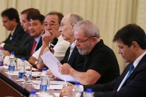 O ex-presidente Lula em reunião com políticos do PT na última segunda-feira (15)