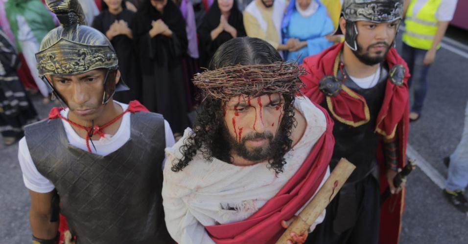 25.mar.2016 - Fiéis encenam a prisão e crucificação de Jesus Cristo nas ruas de Belém, em celebração a Sexta-feira Santa. A festividade foi realizada por católicos da Igreja Capuchinho