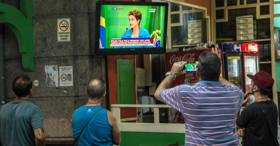 18.abr.2016 - Homens assistem em um restaurante no Rio de Janeiro ao pronunciamento da presidente Dilma Rousseff na televisão, o primeiro após a aprovação do processo de impeachment na Câmara dos Deputados