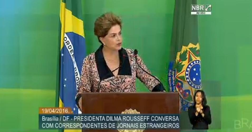 19.abr.2016 - A presidente Dilma Rousseff conversa com correspondentes de jornais estrangeiros no Palácio do Planalto, em Brasília (DF). Na entrevista, ela refuta a ideia das pedaladas fiscais e diz que Brasil tem veio golpista adormecido