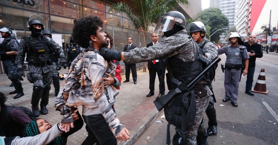 6.mai.2016 - PM tira estudantes de dentro da sede do Centro Paula Souza em cumprimento da reintegração de posse; estudantes foram arrastados