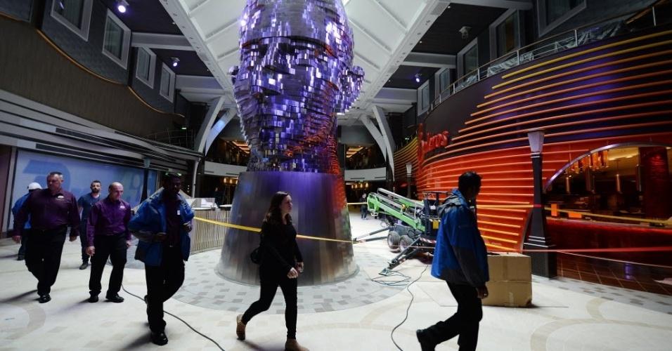 """12.mai.2016 - Escultura faz parte da decoração de um dos ambientes do """"Harmony of the Seas"""", o maior navio de cruzeiro do mundo. A embarcação foi entregue à Royal Caribbean, empresa de cruzeiros marítimos, e custou 1 bilhão de euros de investimento"""