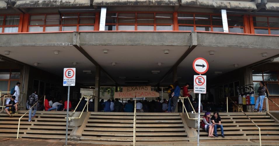 23.mai.2016 - Alunos da área de ciências exatas bloquearam a entrada do prédio Ciclo Básico (CB) da Unicamp, em Campinas (SP), na manhã desta segunda. O objetivo é discutir os problemas da universidade, incluindo cotas e contingenciamento de verbas. Um outro grupo de estudantes segue dentro do prédio da reitoria da universidade, ocupado por eles no dia 11 de maio