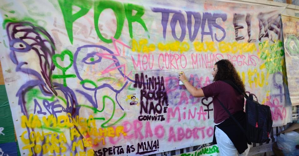 """1.jun.2016 - Mulheres protestam contra a violência contra mulheres e pelo fim da cultura do estupro no vão livre do Museu de Arte de São Paulo, na Avenida Paulista, em São Paulo. O ato, batizado de """"Por Todas Elas"""", lembra o estupro coletivo de uma adolescente no Rio de Janeiro no fim de maio"""