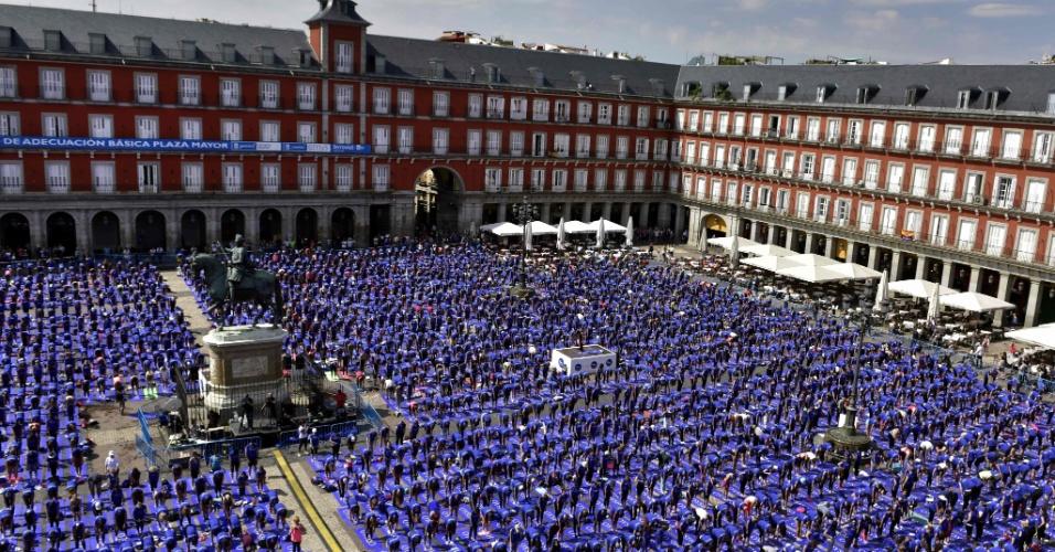 4.jun.2016 - Em Madri, na Espanha, milhares de pessoas se reúnem na praça Plaza Mayor para participar de uma aula aberta e gratuita de yoga. É a quarta vez que o maior evento de yoga ao ar livre da Espanha ocorre na capital local
