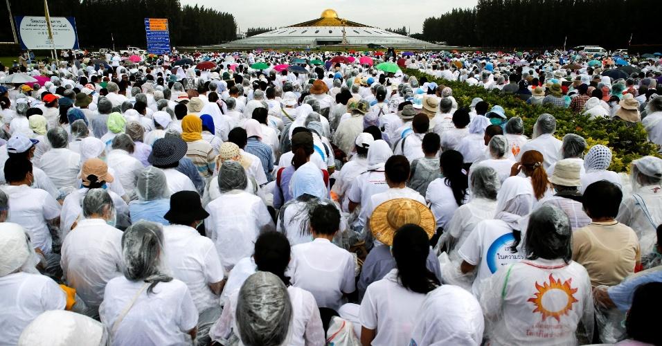 16.jun.2016 - Milhares de devotos budistas observam o templo Wat Phra Dhammakaya durante operação policial, na província de Pathum Thani, ao norte de Bancoc. A polícia tailandesa entrou no local para cumprir um mandado de prisão contra o líder espiritual do templo, acusado de desviar US$ 14 milhões. Para entrar no templo, os policiais precisaram passar pelos devotos, que já se encontravam acampados no complexo