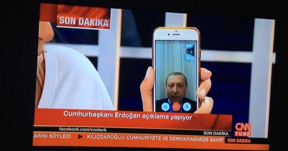 15.jul.2016 - Presidente Recep Tayyip Erdogan fala por celular com a rede CNN de televisão nesta sexta-feira (15). De acordo com ele, o golpe seria fruto de uma minoria dentro do Exército turco. Erdogan estava em férias e sua localização ainda é desconhecida. Fontes do governo confirmaram à BBC e à CNN que o presidente está a salvo