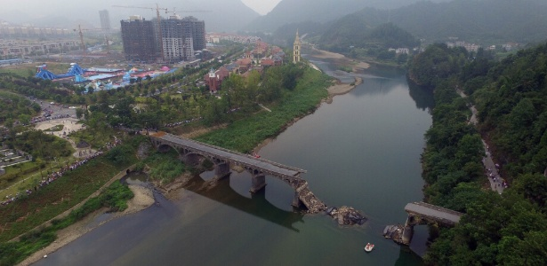Vista aérea do local do acidente onde uma ponte caiu no condado de Xiushui, na China