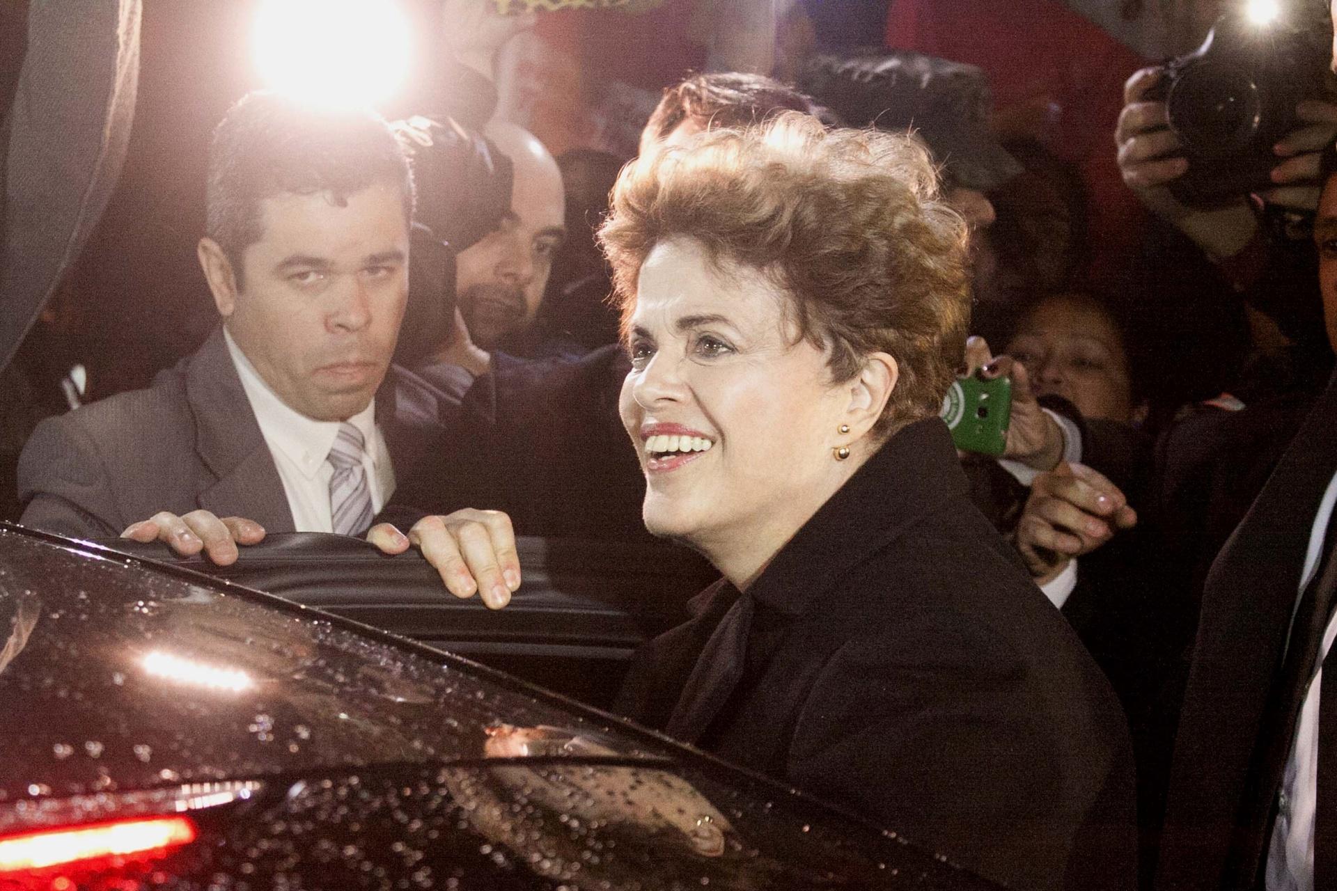 06.set.2016 - A ex presidente do Brasil, Dilma Rousseff é recebida por manifestantes e apoiadores na Base Aérea de Canoas (RS), nesta terça-feira (06). Dilma segue para a residência da família em Porto Alegre (RS), após ser afastada do cargo por um processo de impeachment