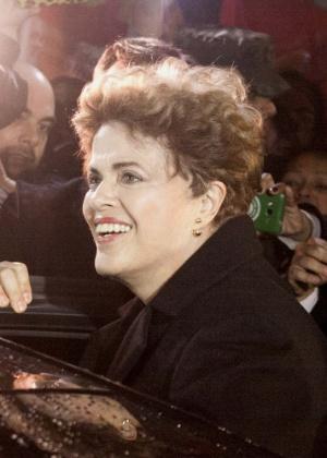 A ex-presidente do Brasil, Dilma Rousseff é recebida por apoiadores no Rio Grande do Sul