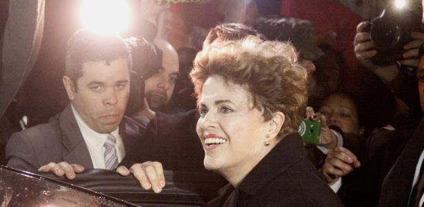 A ex-presidente Dilma Rousseff é recebida por manifestantes e apoiadores na Base Aérea de Canoas (RS), nesta terça-feira (06). Dilma segue para a residência da família em Porto Alegre (RS), após ser afastada do cargo por um processo de impeachment