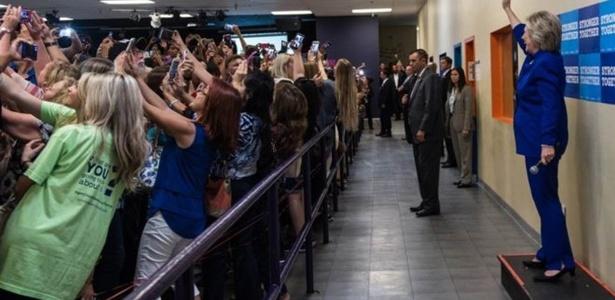 """""""Todos os que querem uma selfie, virem de costas agora"""", disse Clinton. E seu eleitores obedeceram  - Cortesia de Barbara Kinney / Hillary for America"""