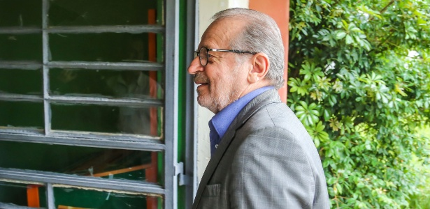 O ex-governador do Rio Grande do Sul Tarso Genro vota em Porto Alegre no último domingo (2)